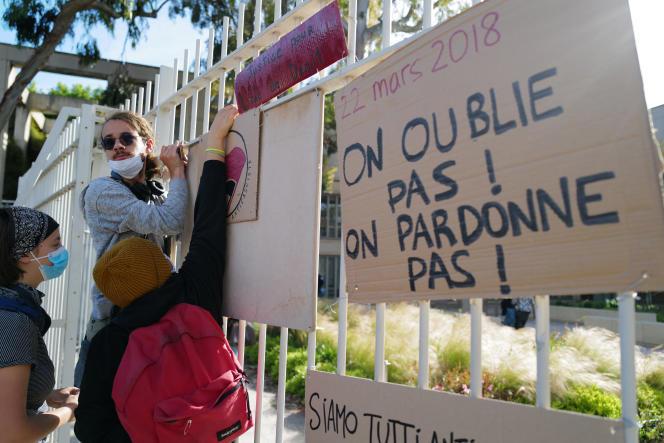 Pancartes de protestation sur les grilles du tribunal de Montpellier, durant le procès du «commando de la fac de droit», le 20 mai 2021.