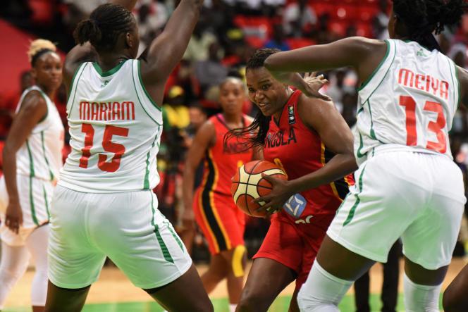 Deux joueuses du Mali face aux Angolaises lors d'un match du championnat d'Afrique féminin de basket à Dakar, le 10 août 2019.