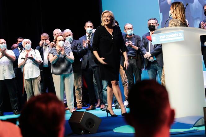 Remise des flammes d'or aux militants méritants par Marine Le Pen.