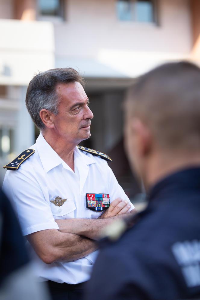 Le vice-amiral d'escadre Laurent Isnard échange avec les marins-pompiers de Marseille, le 19 septembre 2019.
