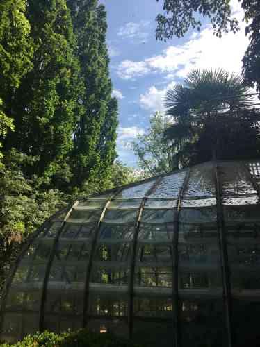 La serre accueille les visiteurs du jardin du paysagiste Alexandre Thomas, à Grigneuseville, en Normandie.