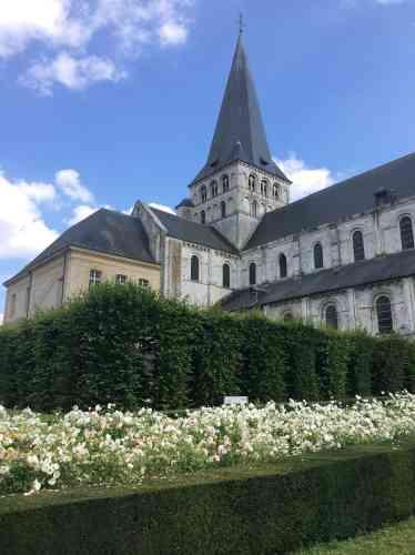 Les jardins de l'abbaye Saint-Georges de Boscherville accueillent des installations, une scénographie et une exposition autour de Flaubert, né à Rouen il y a deux cents ans.