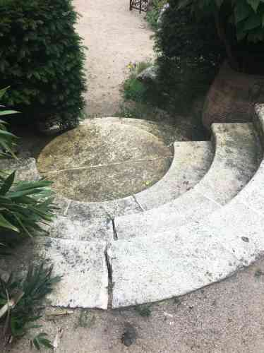 Un élégant escalier aux marches concaves et convexes.