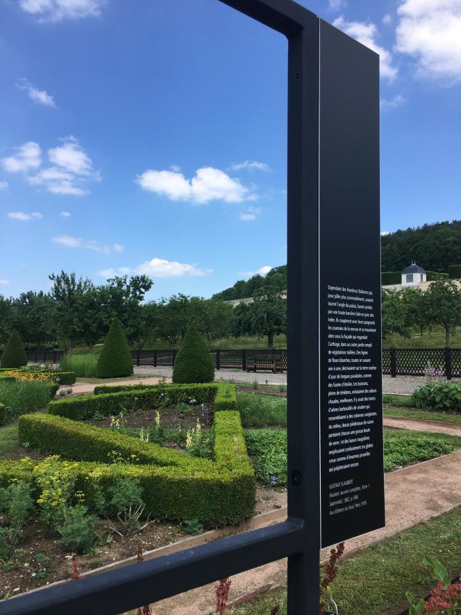 Vue des jardins de l'abbaye Saint-Georges de Boscherville, avec le dispositif visuel de l'exposition« Flaubert, entre ici et ailleurs ».
