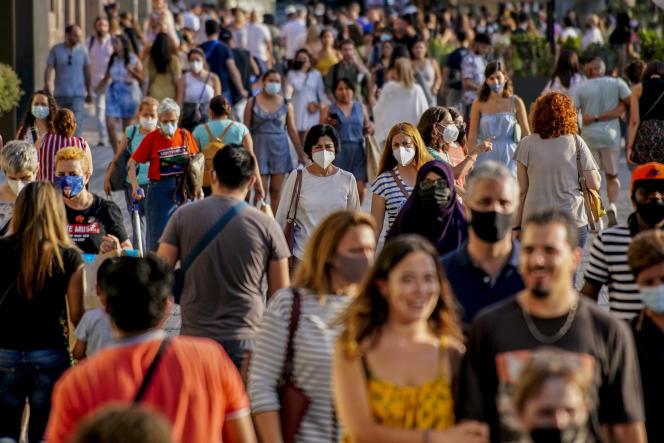 Des passants à Barcelone le 3 juillet.
