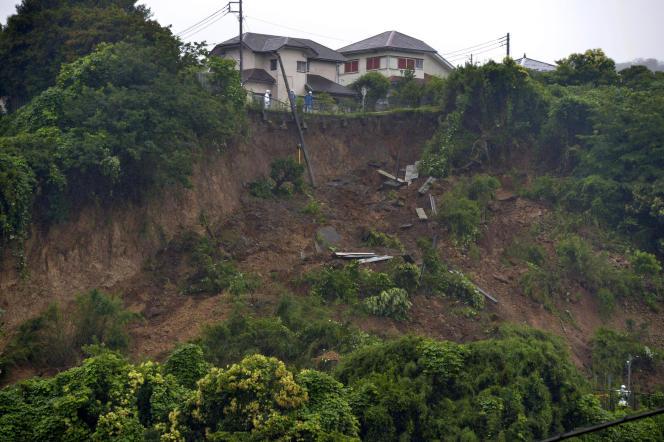 Οι διασώστες παρεμβαίνουν στο Zushi, στο νομό Kanagawa, το Σάββατο 3 Ιουλίου 2021.