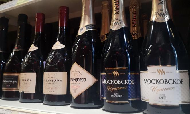 Des bouteilles de «champagne » russe, dans une petite boutique du centre de Moscou, le 3juillet2021.