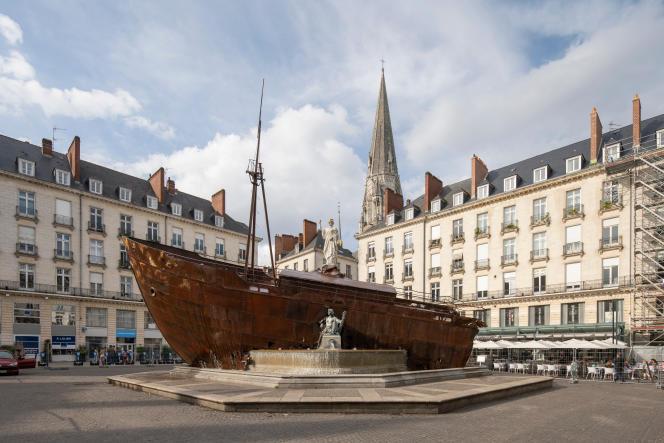«Le Naufrage de Neptune», d'Ugo Schiavi, installé sur la place Royale, lors du Voyage à Nantes 2021.