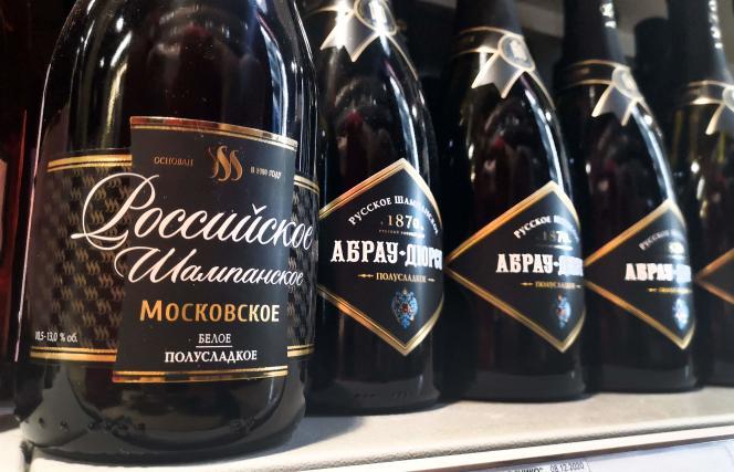 Des bouteilles de « champagne » russe, dans une petite boutique du centre de Moscou, le 3 juillet 2021.