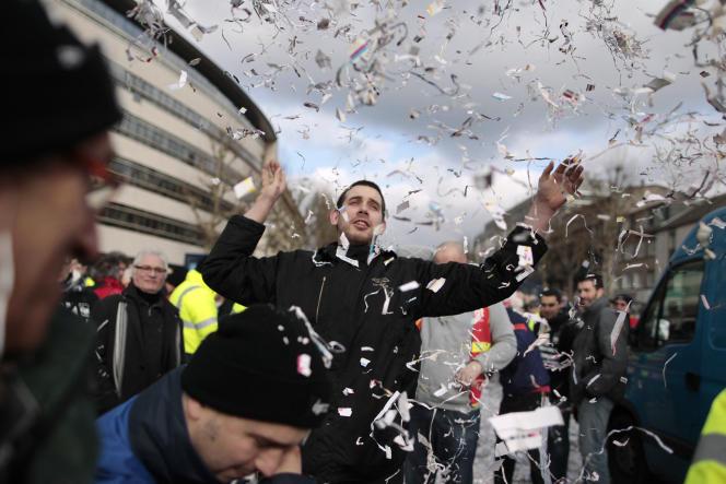 Des employés de la papeterie de Chapelle-Darblay lors d'une manifestation à Rouen (Seine-Maritime), le 17 février 2014.
