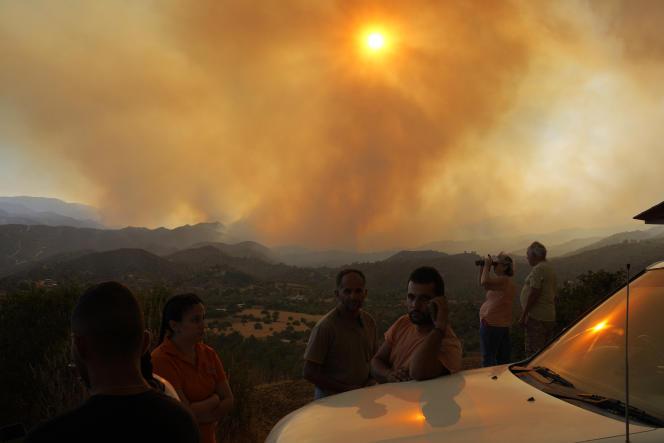 Des riverains observent les incendies dans le sud de Chypre, le 3 juillet 2021.