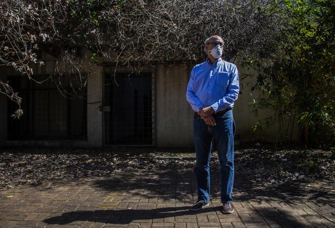 Le journaliste nicaraguayen Carlos Fernando Chamorro, devant les bureaux d'El Confidencial à Managua le 14 décembre 2020. Des policiers ont expulsé de force le journaliste Carlos Fernando Chamorro, alors qu'il tenait une conférence de presse dans les bureaux confisqués deux ans auparavant par le régime du président Daniel Ortega.