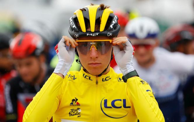 Le Slovène Tadej Pogacar, portant le maillot jaune de leader, ajuste ses lunettes avant le départ de la neuvième étape de la 108e édition du Tour de France entre Cluses et Tignes, le 4 juillet 2021.