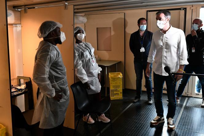 Leministre de la santé, Olivier Véran, au centre de dépistage du Covid-19 de l'Hippodrome de Longchamp à Paris, le 4 juillet 2021.