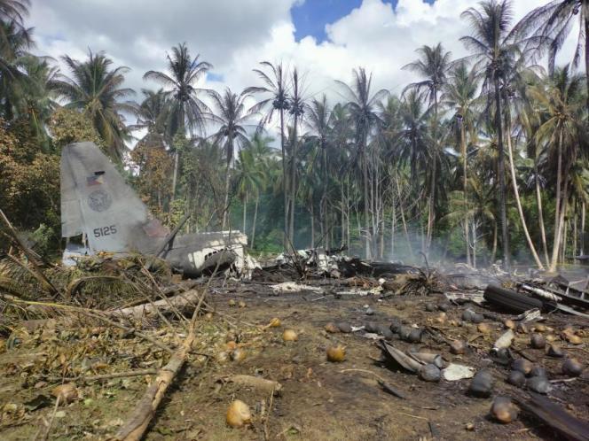 Des débris de l'avion qui s'est écrasésur l'île de Jolo (Philippines), le 4 juillet 2021, avec 96 personnes à son bord.