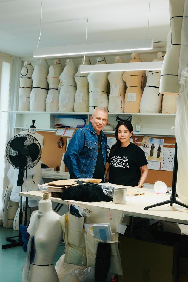 Jean Paul Gaultier et Chitose Abe, au siège parisien du couturier, le 1erjuillet.