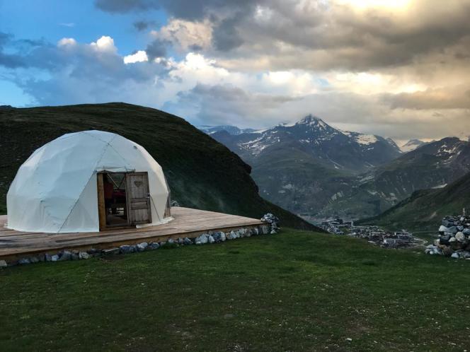 Au Wild Nest, à 2384 mètres d'altitude, au bord du lac du Chardonnet, qui surplombe celui de Tignes, en Savoie.