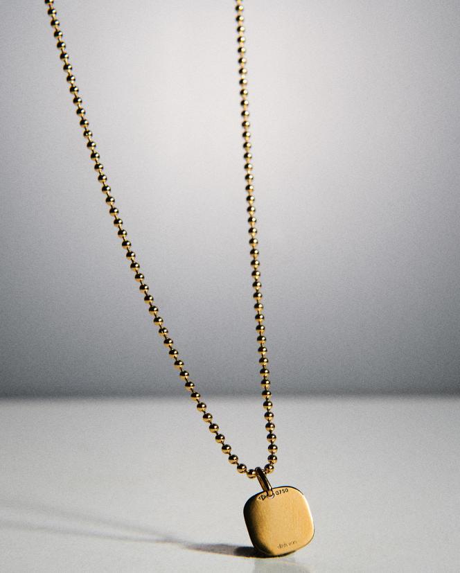 Pendentif plaque carrée en or jaune, 290€, et chaîne boule en or jaune, 1090€, Dinh Van.