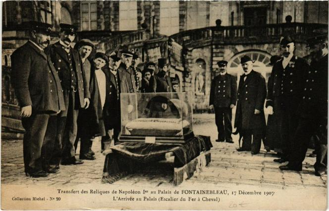 Carte postale ancienne: transfert des reliques de Napoléon 1er, au palais de Fontainebleau, le 17 décembre 1907.
