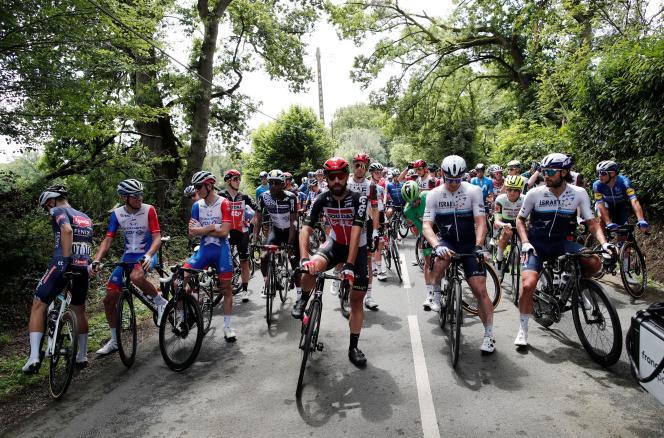 Les coureurs mettent pied à terre en guise de protestation lors de la 4e étape du Tour de France 2021 entre Redon et Fougères (Ille-et-Vilaine), le 29 juin 2021. Au centre Thomas De Gendt, à sa gauche André Greipel, deux coureurs de« l'ancienne génération».