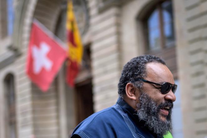 Dieudonné M'Bala M'Bala quitte le palais de justice de Genève pour une pause déjeuner, le 5 juillet 2021, lors de son procès en Suisse.