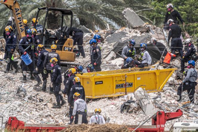 Opérations de secours dans les décombres de l'immeuble de 12 étages Champlain Towers South à Surfside, en Floride, aux Etats-unis, le 5 juillet 2021.