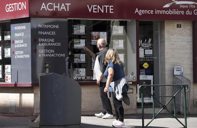 Devant une agence immobilière, à Biarritz (Pyrénées-Atlantiques), le 23 mai 2021.