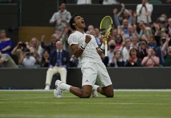 Le Canadien Félix Auger-Aliassime, 20 ans, fête sa victoire en huitièmes de finale contre l'Allemand Alexander Zverev à Wimbledon, le 5 juillet.