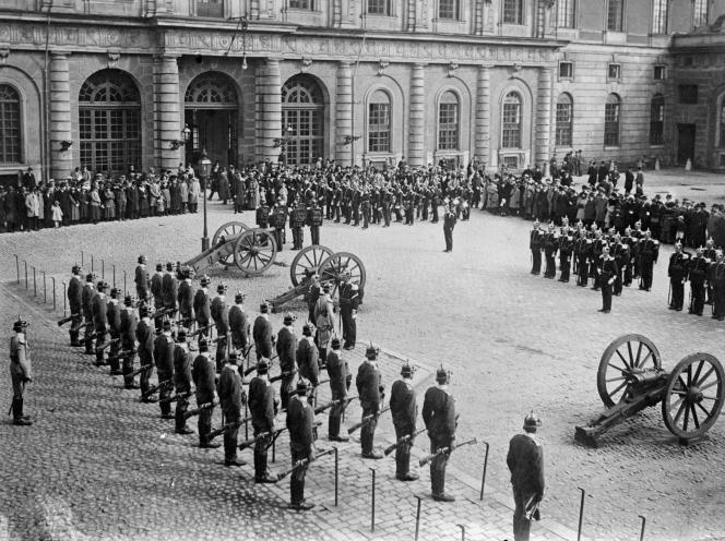 Le changement de la garde, à Stockholm, en Suède, dans les années 1930.