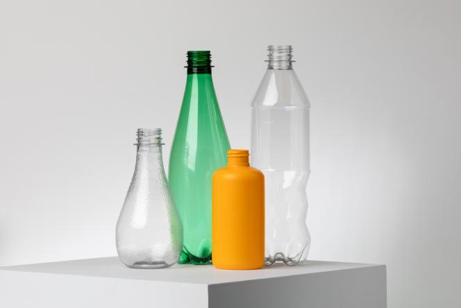 Bouteilles obtenues à partir du recyclage enzymatique du consortium, en juin 2021.