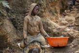 Dans les mines d'or de RDC, enfants et femmes s'épuisent à trouver «le bon filon»