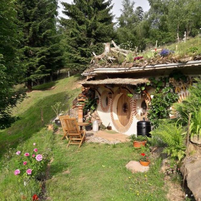 Pour entrer dans la Maison de hobbit, attention à la tête ! La porte ne fait que 1,40 mètre de haut.