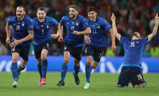 A l'image de Leonardo Bonucci (numéro 19), les Italiens fêtent leur qualification en finale de l'Euro, le 6 juillet 2021 au stade Wembley à Londres.