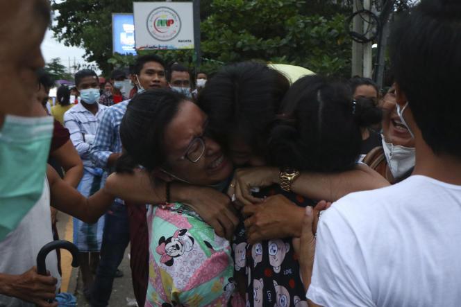 Lors de la libération de détenus de la prison d'Insein, à Rangoun (Birmanie), mercredi 30 juin 2021.
