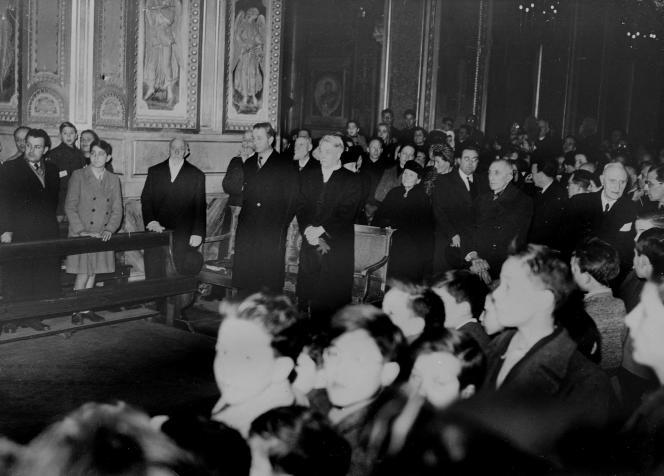 Jacques Maritain (au centre, mains croisées), ambassadeur de France au Vatican, en 1946.