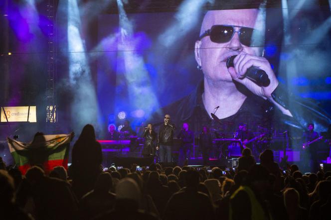 Stanislas Trifonov, plus connu sous le nom de « Slavi », lors d'un concert à Sofia, le 29 octobre 2016. NIKOLAY DOYCHINOV/AFP