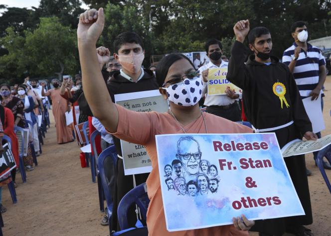 Lors d'une manifestation demandantla libération du militant des droits tribaux Stan Swamy, à Bangalore, en Inde, le 12 novembre 2020.