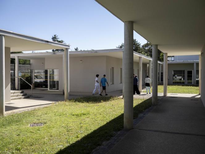 Dans l'unité pour malade difficile (UMD) de l'hôpital psychiatrique de Montfavet-Avignon. Accompagnés d'infirmiers, Des patientse rendent sur des lieux d'activités.