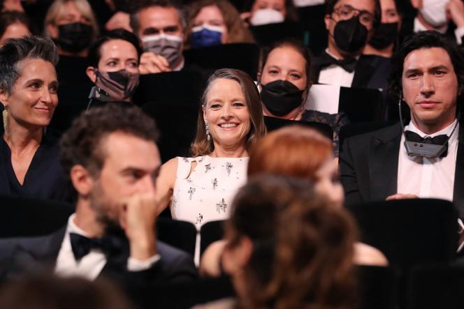 Jodie Foster, sa femmeAlexandra Hedison et Adam Driver, sans masque, lors de la cérémonie au cours de laquelle une Palme d'or d'honneur a été décernée à l'actrice américaine pour l'ensemble de sa carrière, lors de la cérémonie d'ouverture, le 6 juillet 2021.