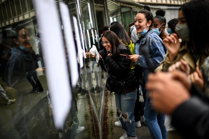 Des lycéennes viennent consulter les résultats du bac au lycée Rodin, à Paris, mardi 6juillet.