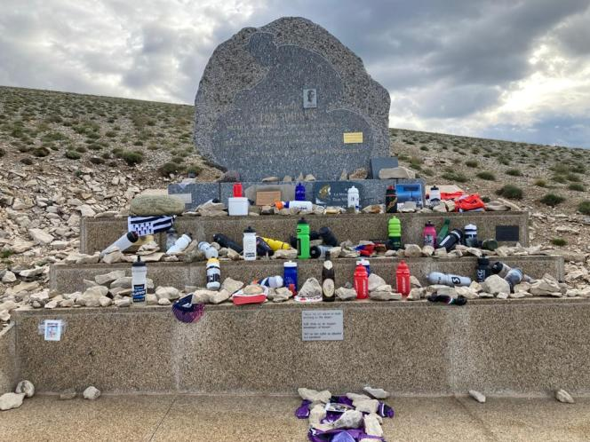 Devant la stèle dédiée à Tom Simpson près du sommet du mont Ventoux (Vaucluse), le 7 juillet 2021.