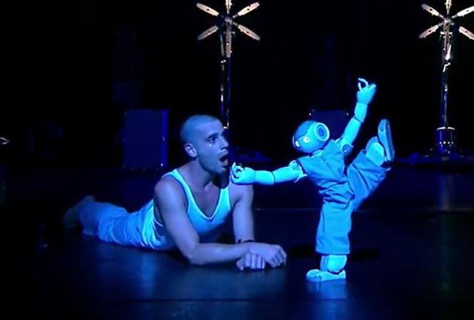 Dans le spectacle «Robot», Blanca Li raconte notamment l'histoire d'un petit robot auquel un danseur apprend à bouger.