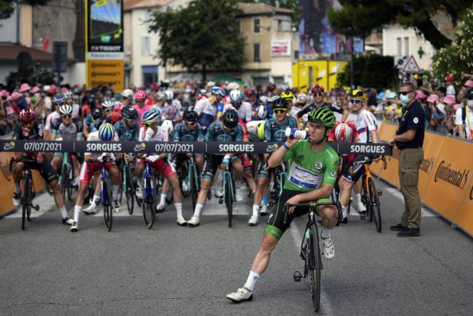 Le Britannique Mark Cavendish (Deceunink-Quick-Step) arbore le maillot vert du leader au classement par points avant le départ de la 11e étape du Tour de France entre Sorgues et Malaucène (Vaucluse), le 7 juillet.