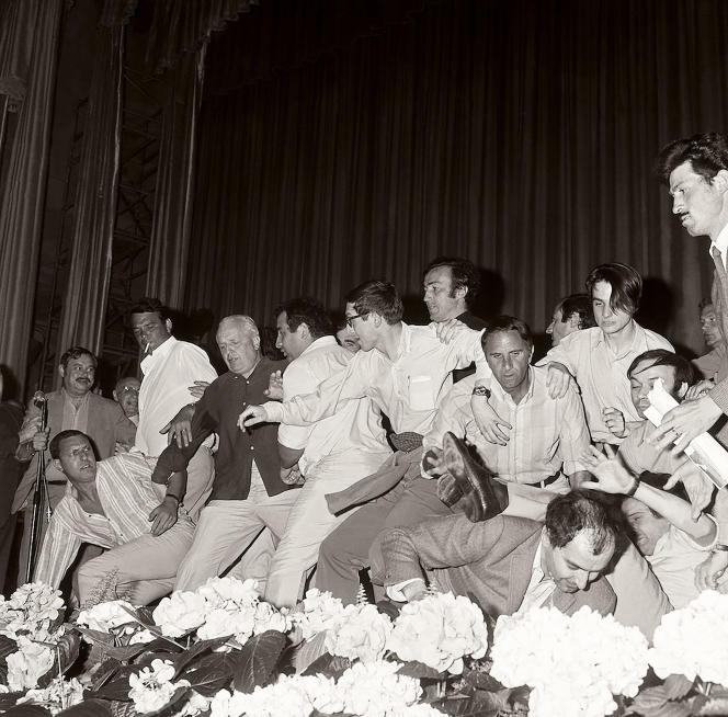 Chaos sur la scène du Festival de Cannes, le 19 mai 1968, avec Jean-Luc Godard, François Truffaut, Jean-Pierre Léaud, Louis Malle et Claude Berri. Extrait du documentaire «Festival de Cannes : une affaire d'Etat» (2020), de Pierre Pochart.