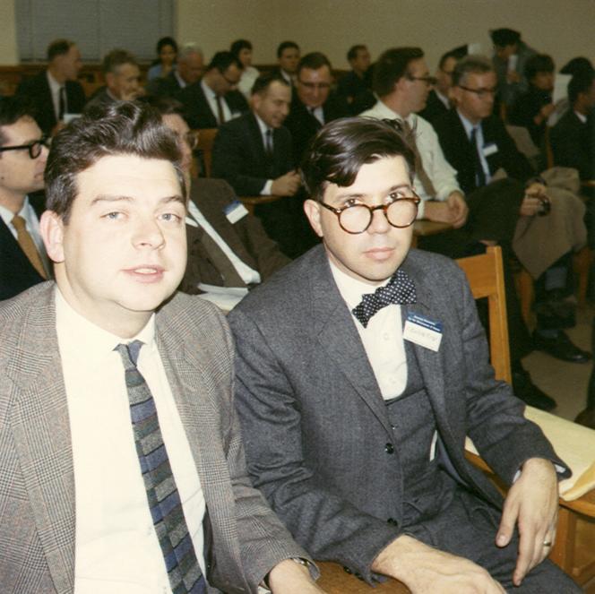 Richard Lewontin (à droite), lors d'une conférence, en 1965.