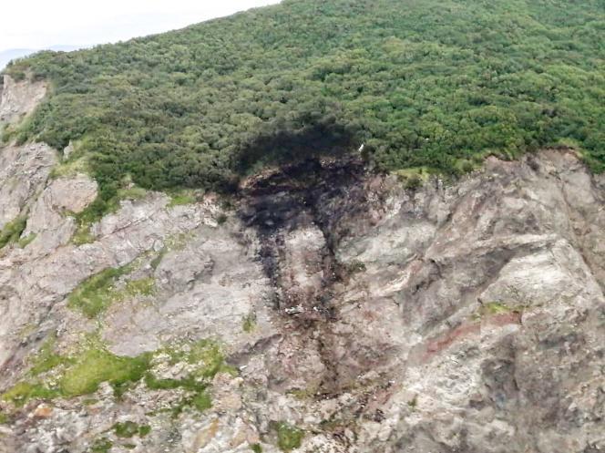 Το ίχνος του αεροσκάφους Antonov An-26 συντριβή σε ένα βράχο κοντά στο αεροδρόμιο της πόλης Palana, στην περιοχή της Άπω Ανατολής.  Φωτογραφία που τραβήχτηκε από τις υπηρεσίες του ρωσικού Υπουργείου Καταστάσεων Έκτακτης Ανάγκης, 7 Ιουλίου 2021.