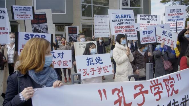 Manifestation contre les Instituts Confucius à Mont-Saint-Aignan en 2020. Extrait du documentaire « Chine, la grande offensive », de Michael Sztanke.