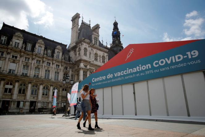 Un centre de vaccination devant l'hôtel de ville de Paris, le 7 juillet 2021.