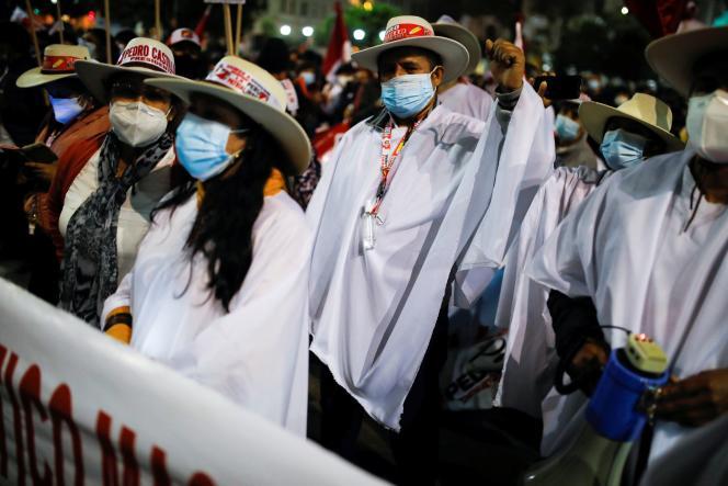 Des partisans de Pedro Castillo, le candidat sorti vainqueur des urnes, protestent contre l'absence de proclamation des résultats de l'élection présidentielle péruvienne, à Lima, le 6 juillet 2021.