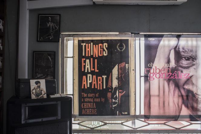 Une affiche de« Things Fall Apart», de Chinua Achebe, dans une librairie de Lagos, au Nigeria, en janvier 2018.